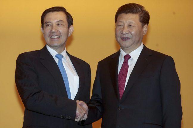 Os presidentes taiwanês, Ma Ying-Jeou, echinês, Xi Jinping, um aperto de mão histórico em Singapura