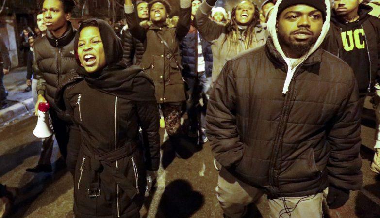 A divulgação do vídeo da morte do jovem Laquan McDonald, atingido a tiros pelo polícia Jason Van Dyke, reacendeu os protestos contra a violência contra negros