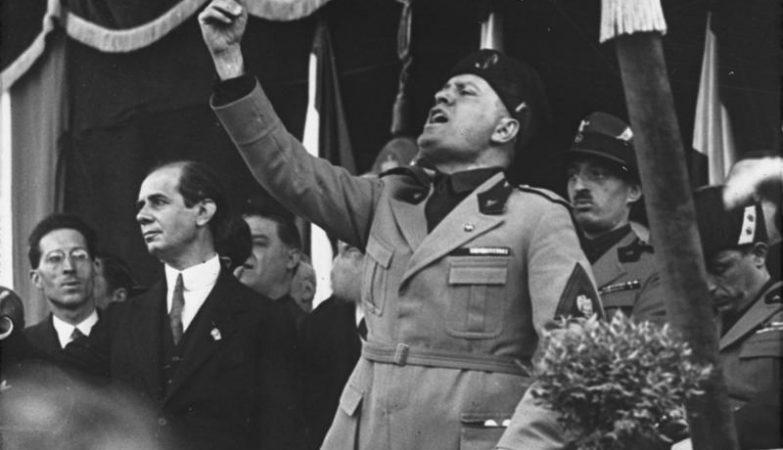 Benito Mussolini na Piazza Duomo em Milão, Itália, 1930.