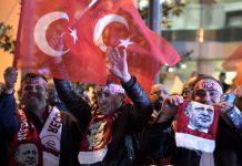 Apoiantes do Partido da Justiça e Desenvolvimento (AKP), do presidente da Turquia, Recep Erdogan, festejam a vitória nas ruas