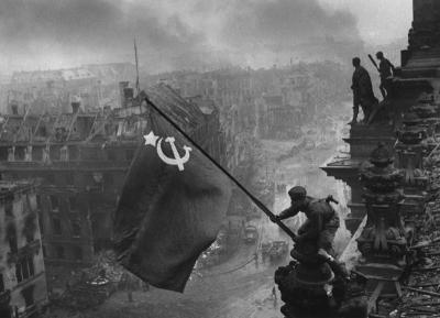 """""""Raising a flag over the Reichstag"""", por Yevgeny Khaldei, Berlim, 2 de Maio de 1945"""