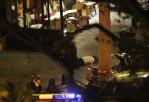 Agentes da polícia francesa junto ao corpo de uma das vítimas do ataque ao Bataclan