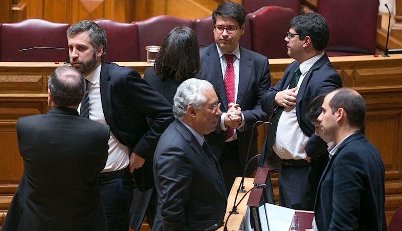 António Costa no Parlamento com Catarina Martins e Pedro Filipe Soares, do Bloco de Esquerda, num intervalo do debate da proposta de Orçamento retificativo