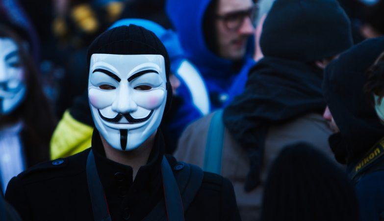 Vídeo: Grupo Anonymous alerta para o início da terceira guerra mundial