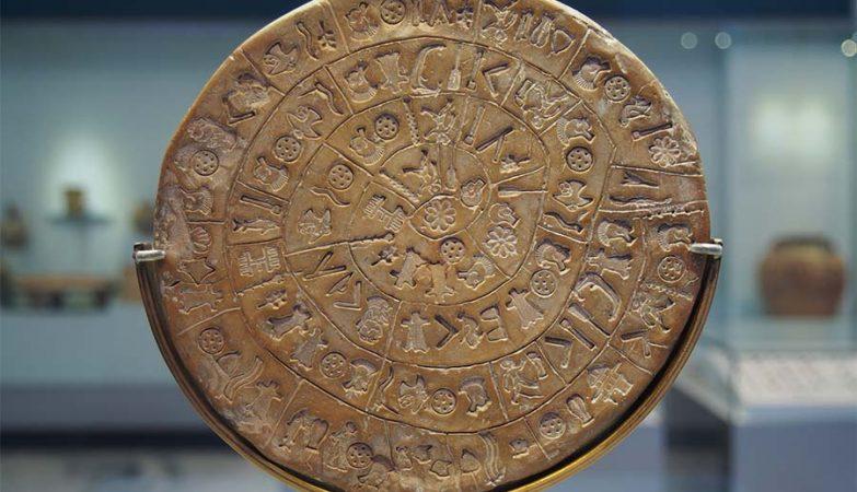 Disco de Festo no Museu Arqueológico de Heraklion, Grécia.