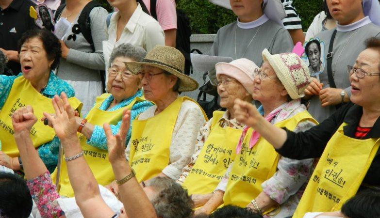 """""""Mulheres de conforto"""" coreanas em protesto numa embaixada japonesa por terem sido sujeitas a escravidão sexual durante a II Guerra Mundial"""