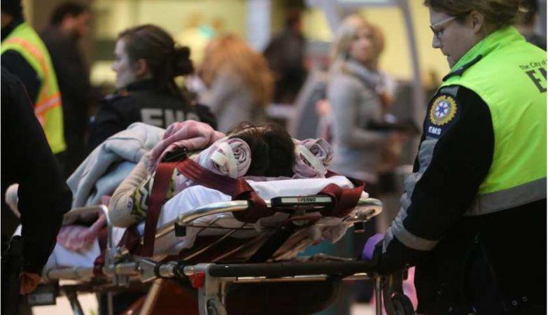 Passageiros feridos a bordo de um avião da Air Canada são transportados para o hospital de Calgary
