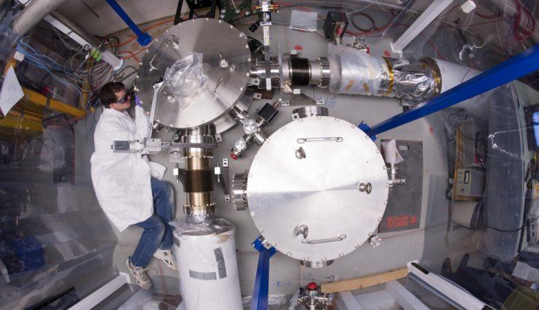 Um membro da equipa do Holómetro ajusta o dispositivo de medição do espaço-tempo no Fermilab, Illinois