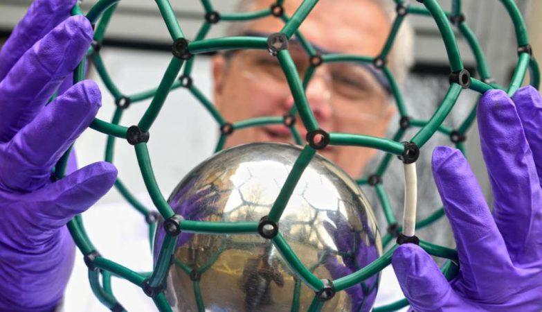 Kyriakos Porfyrakis, undador da Designer Carbon Materials, com um modelo de uma bucky-ball