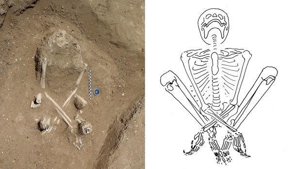 O esqueleto de uma mulher encontrada no sítio arqueológico tinha um feto no abdómen.