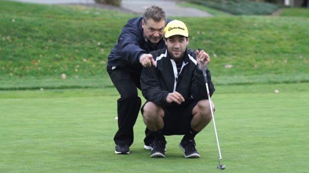 O estudante reaprendeu a usar as mãos e os pés e voltou a praticar golfe