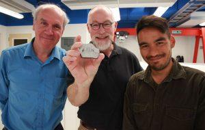 Os investigadores da UCLA Paul Warren, Edward Young e Issaku Kohl mostram uma amostra de rocha lunar