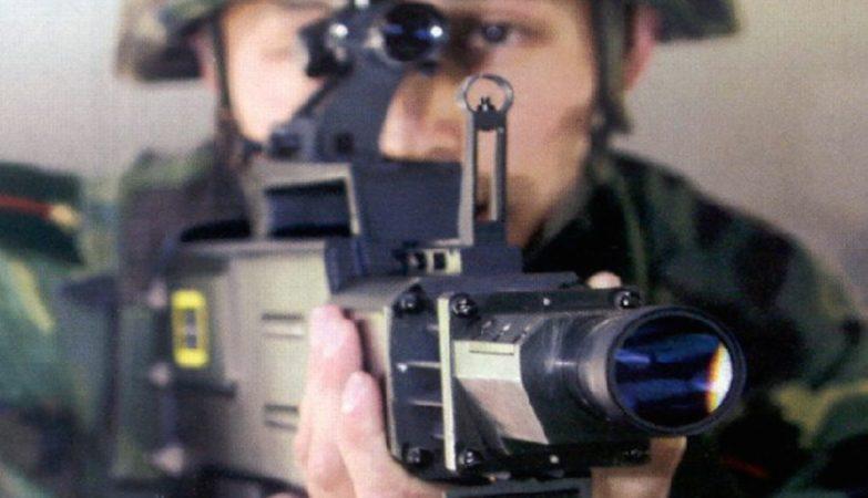 Uma arma laser WJG-2002 de fabrico chinês