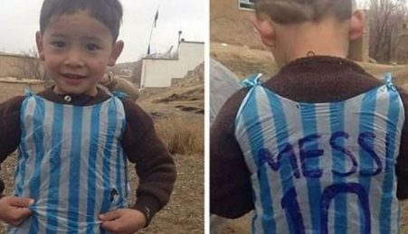 Murtaza Ahmadi, o menino que comoveu o mundo ao vestir uma camisola do Messi feita com um saco de plástico
