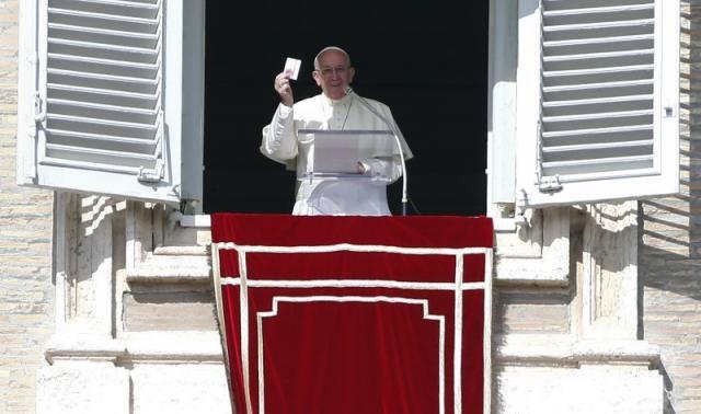 """O papa Francisco mostra aos peregrinos uma embalagem de Misericordina, o seu novo """"medicamento milagroso"""""""