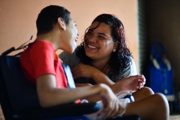 Lucélia Freitas e o filho Crystian, que sofre de microcefalia