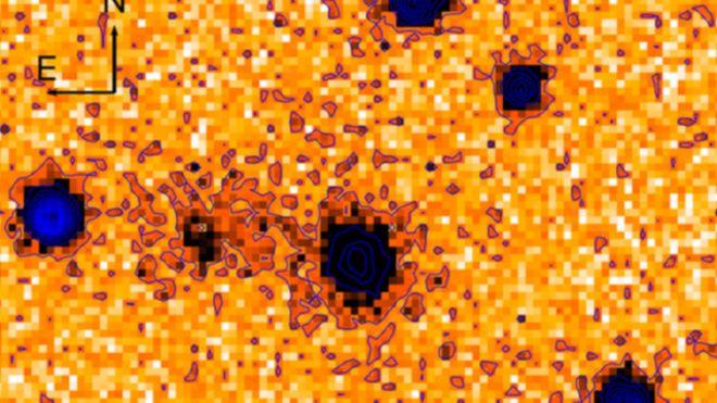 A galáxia de origem está no centro desta imagem em negativo e colorida artificialmente, registrada pelo telescópio Subaru.