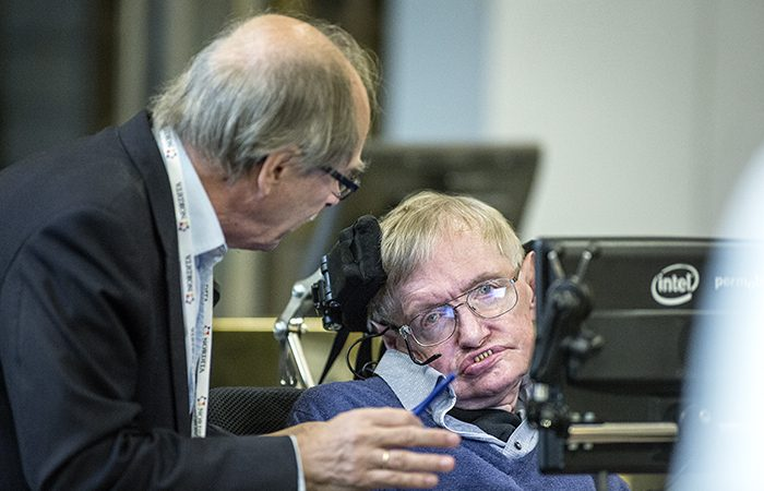 """Segundo Stephen Hawking, """"podemos criar micro buracos negros nas dimensões extras do espaço-tempo""""."""