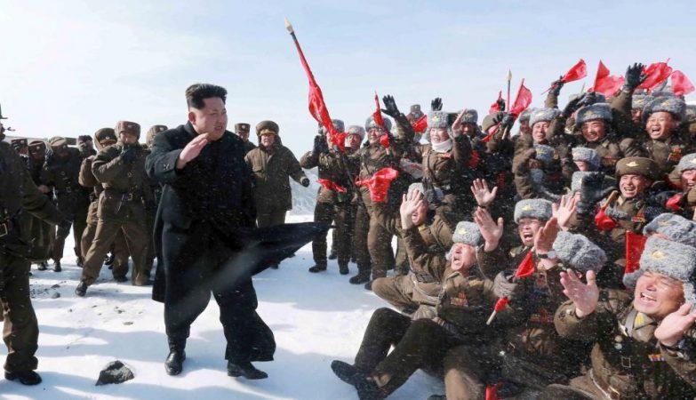 O líder da Coreia do Norte, Kim Jong-un, saúda militares norte-coreanos em Abril de 2015