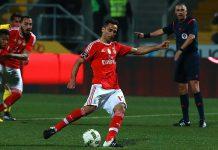 Jonas marca penalty em Paços de Ferreira. À direita, o árbitro jorge Ferreira