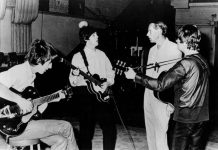 O produtor George Martin com John Lennon, George Harrison e Paul McCartney.