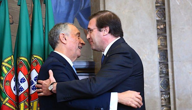 O presidente da República, Marcelo Rebelo de Sousa, cumprimenta Pedro Passos Coelho na cerimónia de tomada de posse