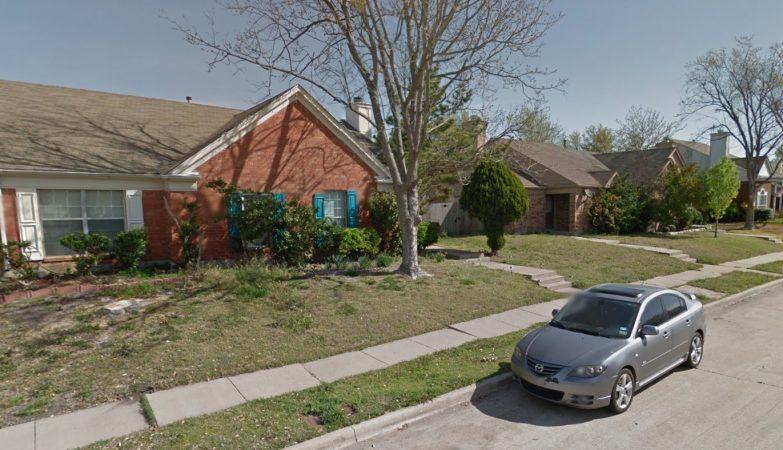 7601 Calypso Drive, à esquerda, a casa que devia ter sido demolida. Ao fundo, a casa que já foi...