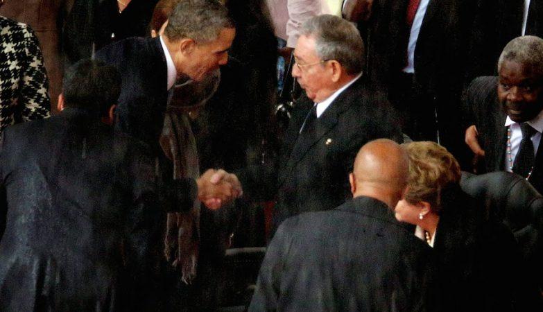 Barack Obama e Raúl Castro apertam as mãos no funeral de Nelson Mandela