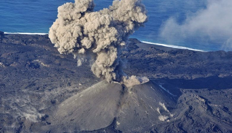 A ilha continua a emergir das profundezas do vulcão, como mostra esta fotografia tirada em novembro de 2015