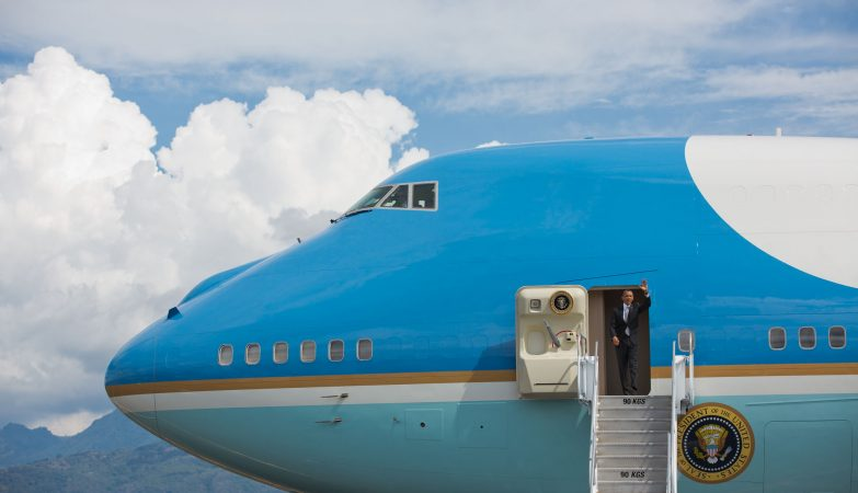 O presidente dos Estados Unidos, Barack Obama, à porta do seu avião presidencial, o Air Force One.