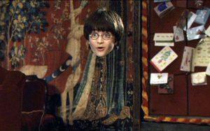 Harry Potter a experimentar o Manto da Invisibilidade no filme Harry Potter e a Pedra Filosofal (2001)