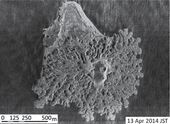 A superfície bizarra com tubos e sulcos da nova ilha Nishinoshima