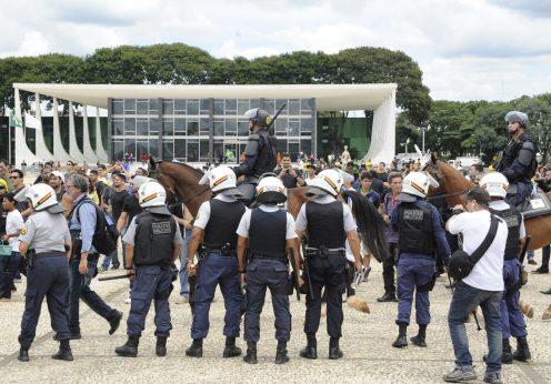 Manifestantes protestam em frente ao Palácio do Planalto, contra a nomeação do ex-presidente Lula, como Ministro da Casa Civil