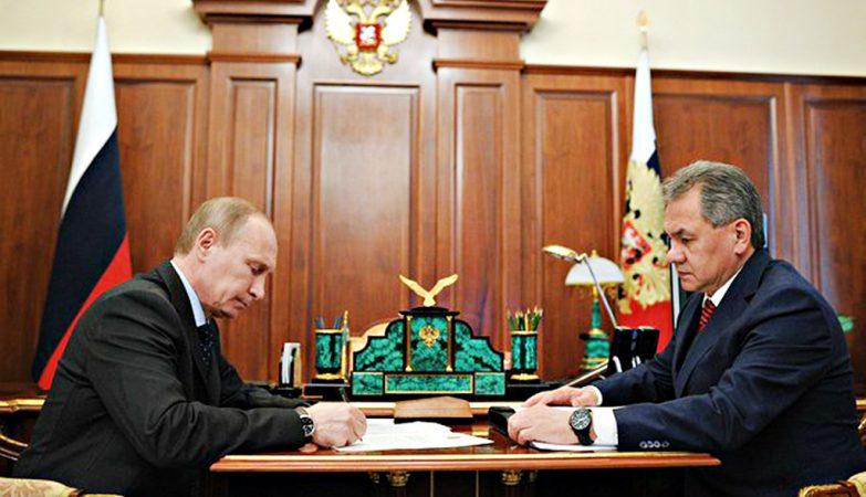 O presidente da Rússia, Vladimir Putin, em reunião com o Ministro da Defesa, Sergei Shoigu.