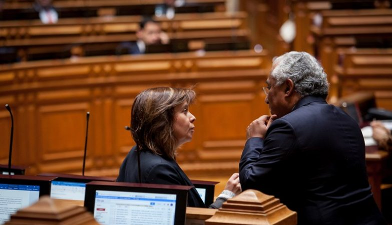 Primeiro-Ministro António Costa conversa com deputada Catarina Martins (BE) antes do encerramento do debate do Orçamento do Estado para 2016