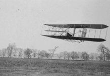 A Máquina Voadora dos Irmãos Wright em pleno voo.