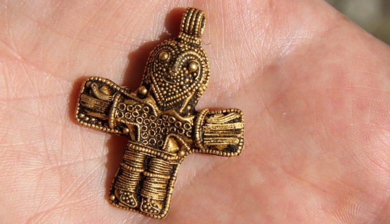 Descoberto na Dinamarca o crucifixo viking mais antigo de sempre