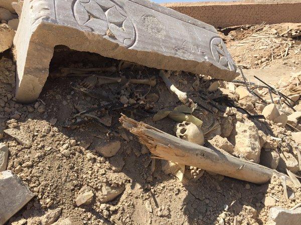 Ossos de Mar Elian entre os escombro do antigo mosteiro católico destruído em Al-Qaryatain (Homs, Síria)