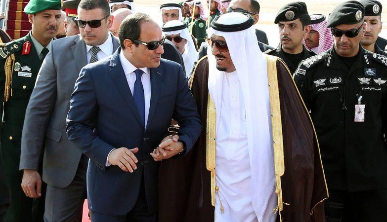 O presidente egípcio, Abdel Fattah al-Sisi, com o rei Salman Bin Abdelaziz, da Arábia Saudita, num encontro no Cairo.