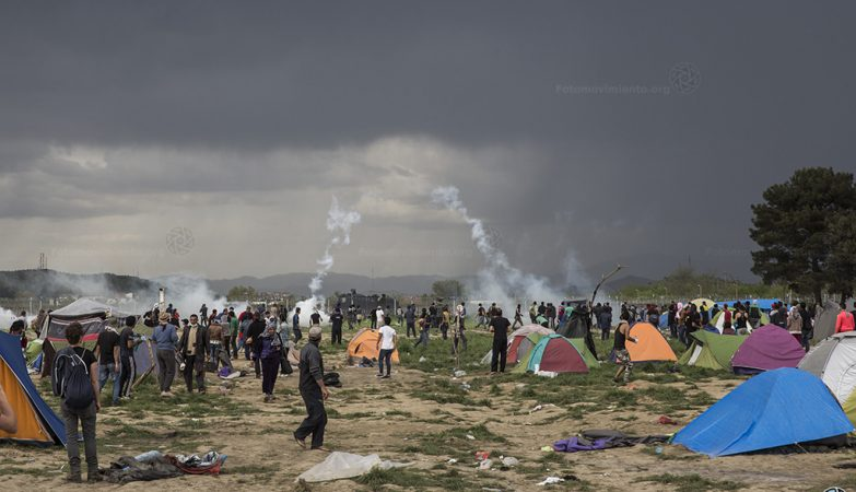 Polícia macedónia disparou gás lacrimogéneo contra refugiados em Idomeni, a 10 abril 2016
