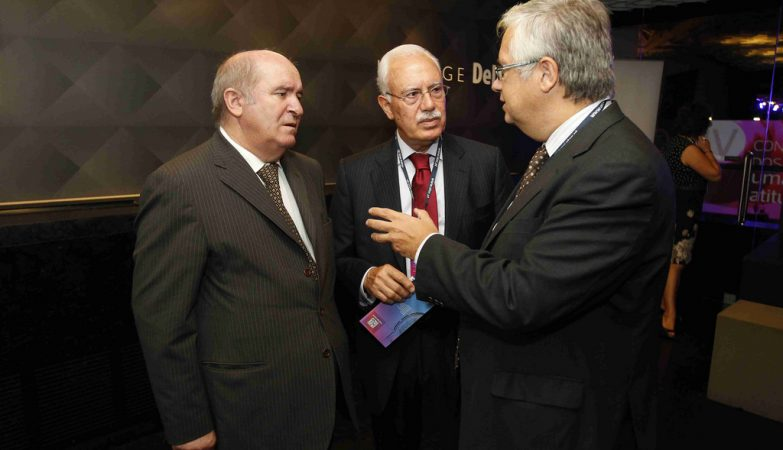 O ministro-adjunto, Eduardo Cabrita (à direita), com o Bastonário da Ordem dos Contabilistas Certificados, Domingues de Azevedo (à esquerda)