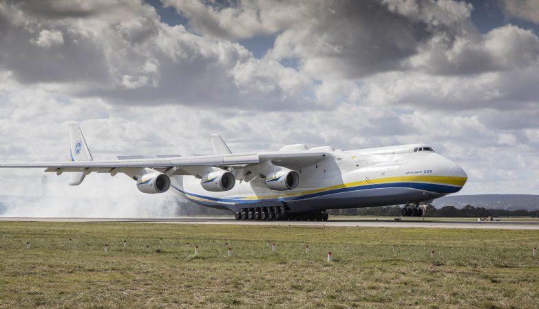 O maior avião do mundo, um Antonov An-225 Mriya, aterrou no aeroporto de Perth, na Australia, a 15 de maio de 2016
