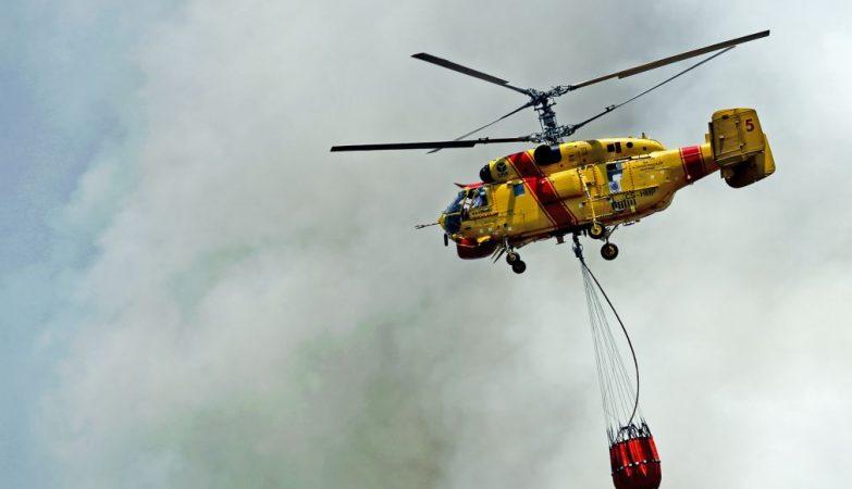 Helicóptero Kamov Ka-32A-11BC da frota da Protecção Civil no combate a um incêndio