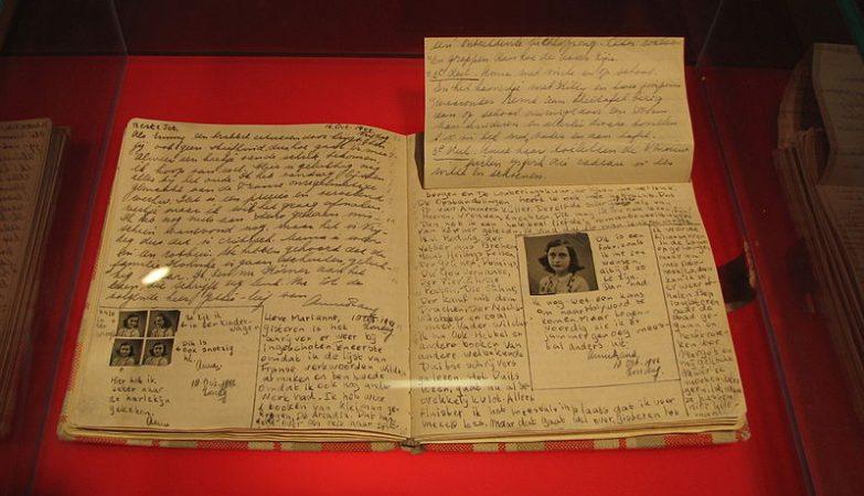 """Páginas do manuscrito original de """"O Diário de Anne Frank"""" expostas em Berlim"""
