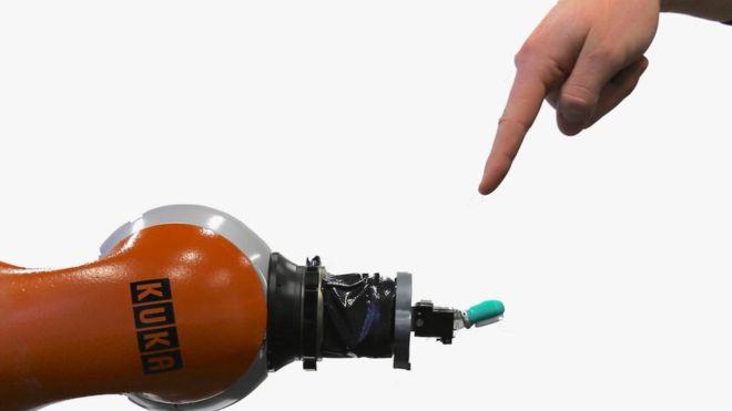 O sistema nervoso do robô consegue categorizar a dor entre fraca, moderada ou forte
