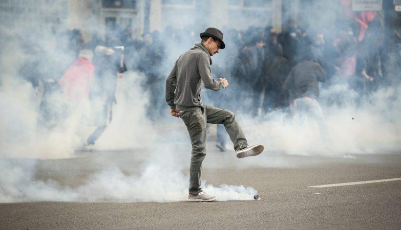 Manifestantes em Paris, França, em confrontos com a polícia anti-motim na sequência de protestos contra a lei El Khomri
