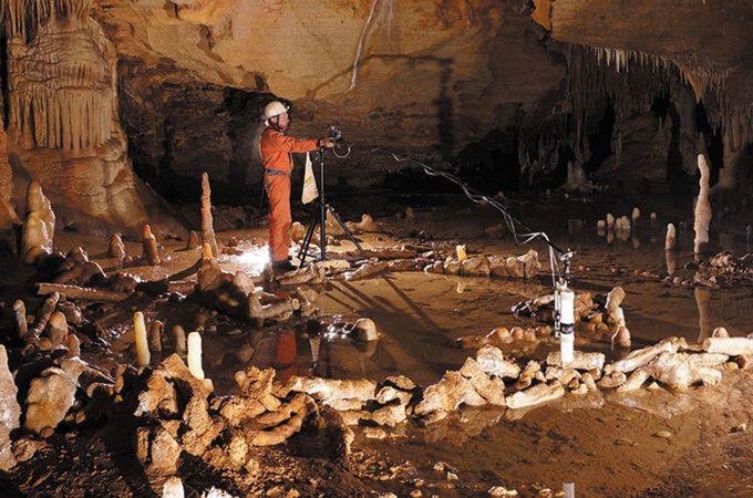 Paredes de estalagmites, com 176.000 anos, descobertas numa caverna no sudoeste da França