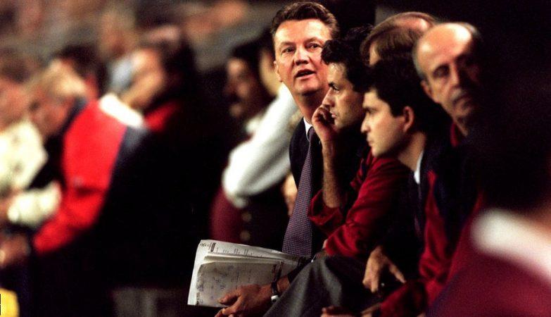 Louis van Gaal em 1997, no banco do Barcelona. Ao lado, o seu então jovem adjunto José Mourinho