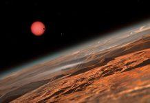 Esta impressão artística mostra uma imagem imaginada vista de perto da superfície de um dos três planetas que orbitam uma estrela anã muito fria a apenas 40 anos-luz de distância da Terra, a qual foi descoberta com o auxílio do telescópio TRAPPIST instalado no Observatório de La Silla do ESO. Estes mundos têm tamanhos e temperaturas semelhantes às de Vénus e da Terra e são os melhores alvos descobertos até agora para procurar vida fora do Sistema Solar. Estes são os primeiros planetas descobertos em torno de uma estrela extremamente ténue e minúscula. Nesta imagem vemos um dos planetas interiores em trânsito por cima do disco da sua pequena e ténue estrela progenitora.