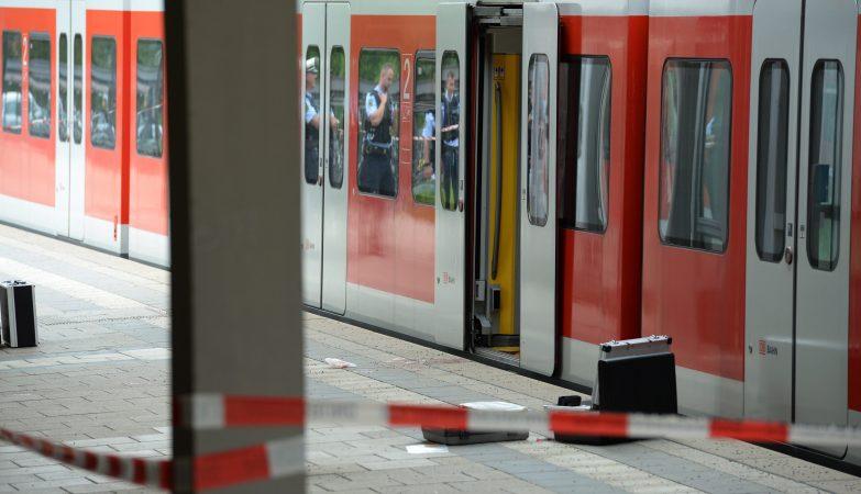 Um homem morreu e três pessoas ficaram feridas na sequência de um ataque à facada com motivações religiosas na estação de comboios de Grafing, perto de Munique, Alemanha